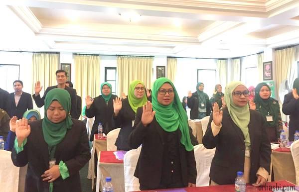 CDM Zahirine dan DDM Radenina pemimpin Awesomazing Team dalam eziproject